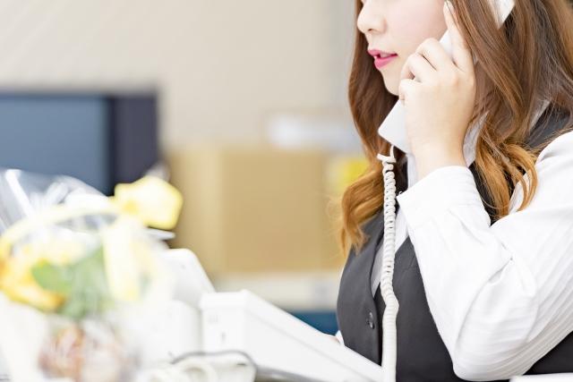 仕事をしている女性の画像