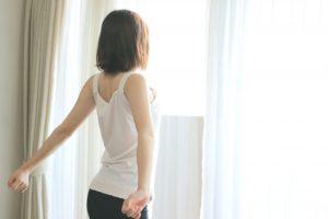 姿勢のいい女性の画像
